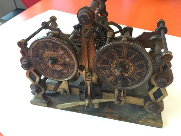 Horz master clock, front view